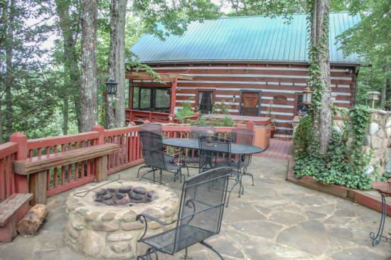 LA BIATA- 2BR/2BA- CABIN SLEEPS 8, WITH ADDITIONAL SLEEPING LOFT,BEAUTIFUL MOUNTAIN VIEW, WIFI, GAS LOG FIREPLACE, CABLE TV, HOT TUB, SCREENED PORCH, GAS GRILL! ONLY $115/NIGHT! - Image 1 - Blue Ridge - rentals