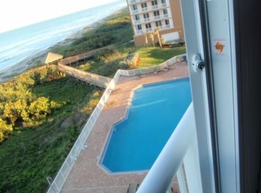 View of the Condo Pool and Atlantic ocean - Oceanfront 4 BEDROOMS Condo-hutchinson Island.fl - Hutchinson Island - rentals