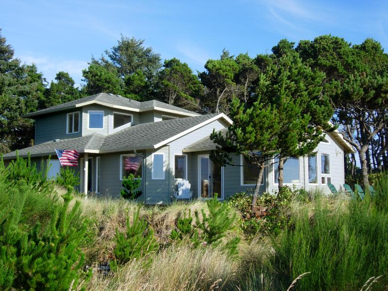 Waterfront on the Siletz Bay, Kayaks, Hot Tub, Crab Traps - Image 1 - Lincoln City - rentals