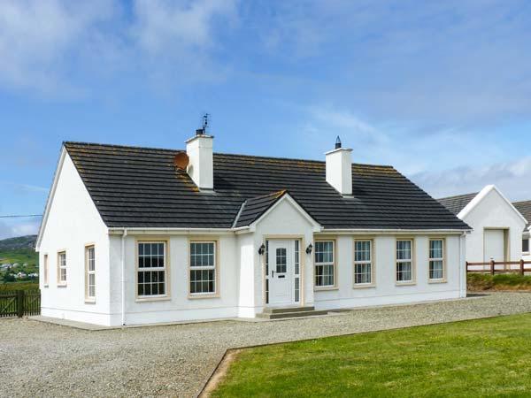 THE GREEN, detached, single-storey cottage, en-suites, open fire, near Ballyliffin, Ref 906455 - Image 1 - Ballyliffin - rentals