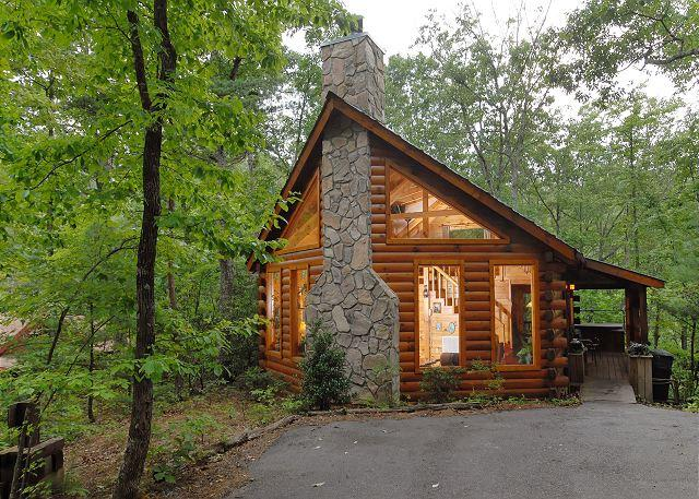Afternoon Delight is a newer log cabin nestled deep in the woods - Romantic Private 1bedroom cabin,in Sky Harbor Resort 6miles to Gatlinburg TN - Sevierville - rentals