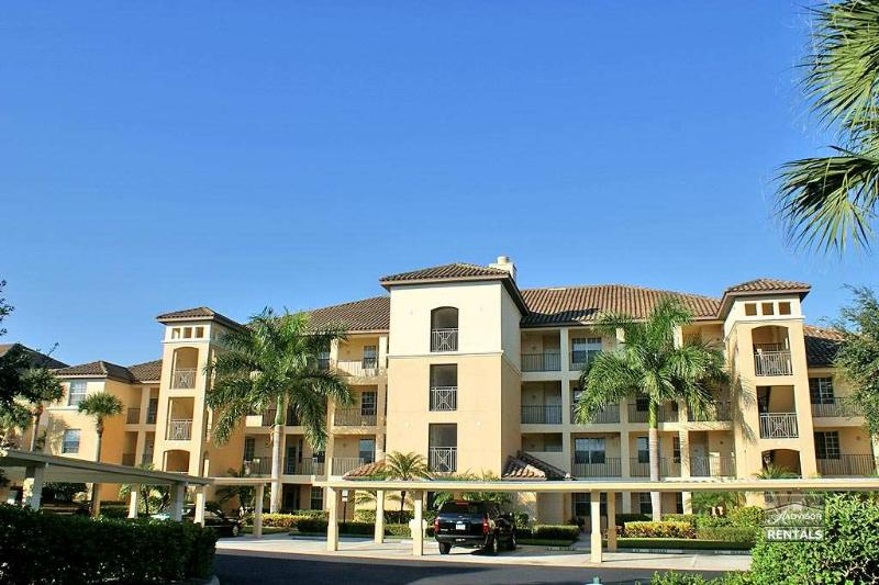 Fabulous panoramic views of lake & golf course with full golf membership - Image 1 - Estero - rentals