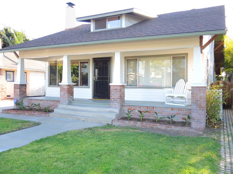 1920's California Craftsman Home with Fireplace, Front Yard and Side Deck - Classic Craftsman House of The Arts near Downtown - Pacific Beach - rentals