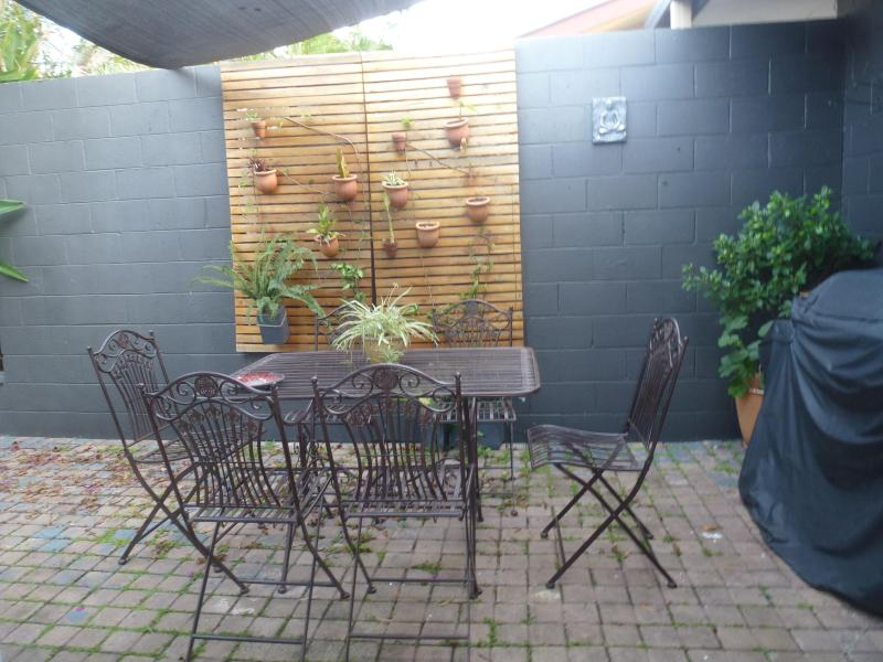 Fresh bright Al fresco breakfast and bbq area - Tropical,Cosy, Quiet, Private home with Pool. - Bundall - rentals