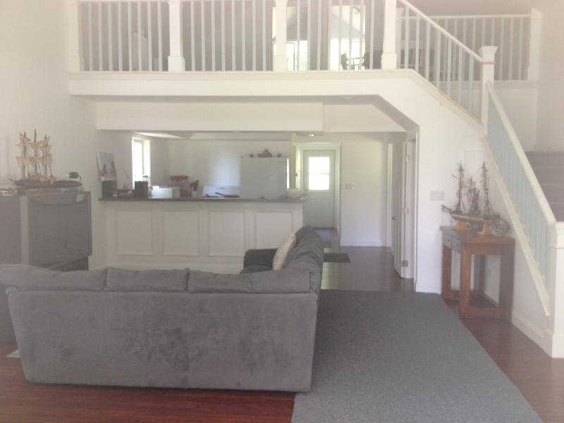Great room with soaring ceiling - Swan's View Lakehouse Cottage - Bangor - rentals