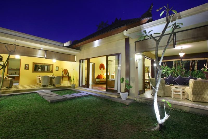 The exterior of the suite: a night-time view - A luxurious Artist's Suite in a large estate - Ubud - rentals
