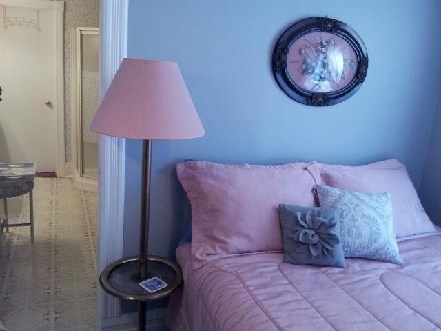 Queen Bedroom ( Smaller room of 2 Bedroom Suite ) - Andrea's Bed and Breakfast Queen Ensuite Bedroom - Niagara Falls - rentals