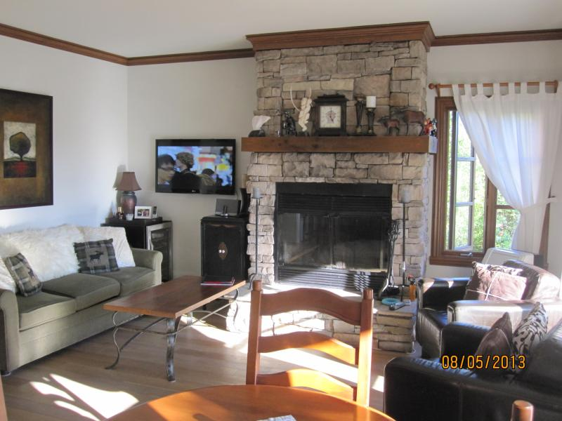 Living Room with New Hardwood Floors and Woodburning Fireplace - Mont Tremblant 1 Bedroom Condo - Free WIFI - Mont Tremblant - rentals