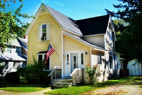Exterior of Cottage - 563 Kalamazoo St - Weekly stays begin on Saturdays - South Haven - rentals