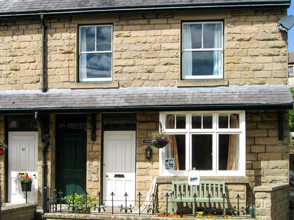 LYNTON, family friendly, country holiday cottage, with a garden in Tideswell, Ref 8870 - Image 1 - Tideswell - rentals