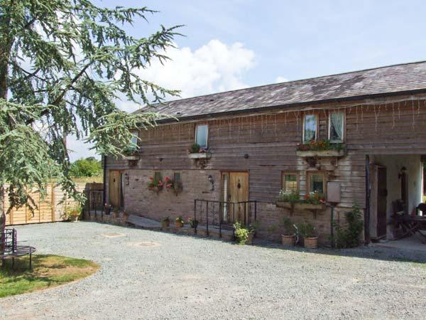 BROXWOOD BARN, cottage with hot tub, open plan living, country setting, Pembridge Ref 25983 - Image 1 - Pembridge - rentals