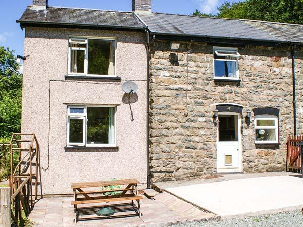 2 LLAWRCOED ISAF, pet friendly, character holiday cottage, with a garden in Llanbrynmair, Ref 6745 - Image 1 - Llanbrynmair - rentals