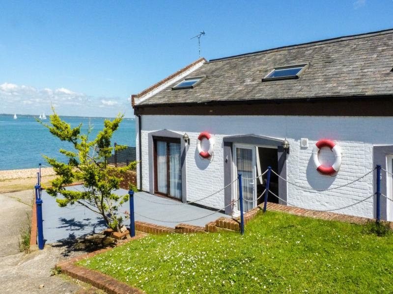 WEST SEA VIEW NO. 4, converted boathouse, access to beach, parking, slipway, in Yarmouth, Ref 905106 - Image 1 - Yarmouth - rentals