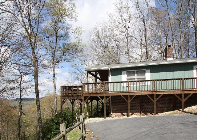 Traditional log cabin with  a winter view tucked in the trees, sleeps 6 - Image 1 - Blowing Rock - rentals