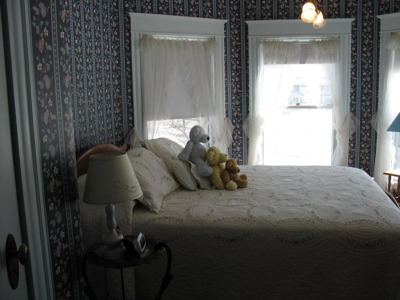 Cozy hexagonal room - Hugging Bear Inn - Tower Room - Chester - rentals