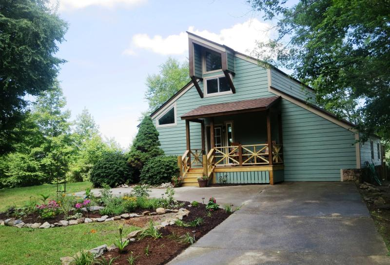 The garden & front of Mountain Vista Retreat as you approach the house. - Mountain Vista Retreat...sleeps 6, expansive views - Hendersonville - rentals