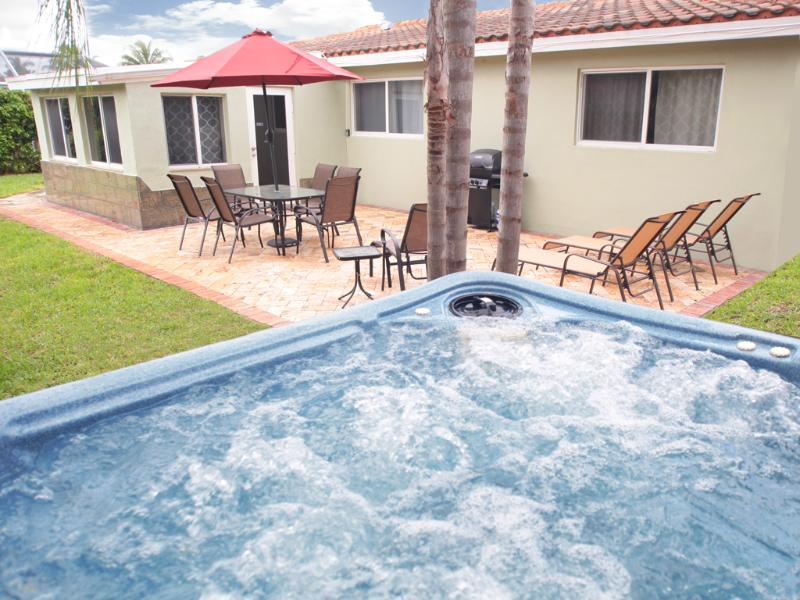 Enjoy this above ground tropical, hot tub/spa on a waterway. - Bayside Bungalow - Fort Lauderdale - rentals