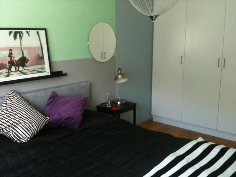 Bedroom with king size bed - Pete's Place in Royal Ulriksdal, Stockholm - Solna - rentals