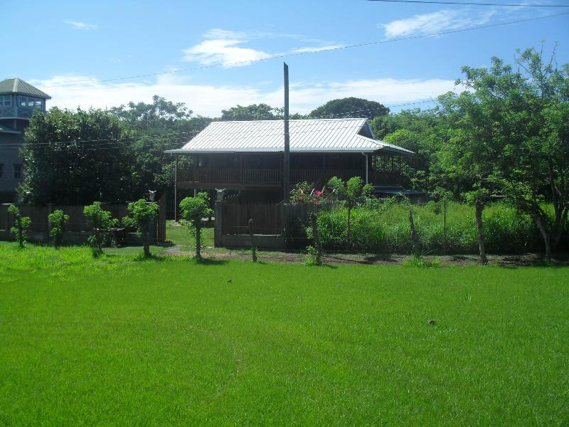 A Quiet Country Side Setting - El Corral  2 Bedroom Apartment Utila Honduras - Utila - rentals