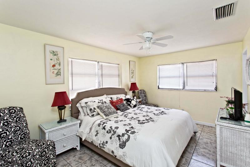 Master Bedroom, bathroom ensuite - Cape Coral Palm Breeze Apartments - Cape Coral - rentals