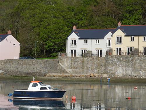 Five Star Pet Friendly Holiday Cottage - Wren, Blackbridge, Nr Milford Haven - Image 1 - Milford Haven - rentals