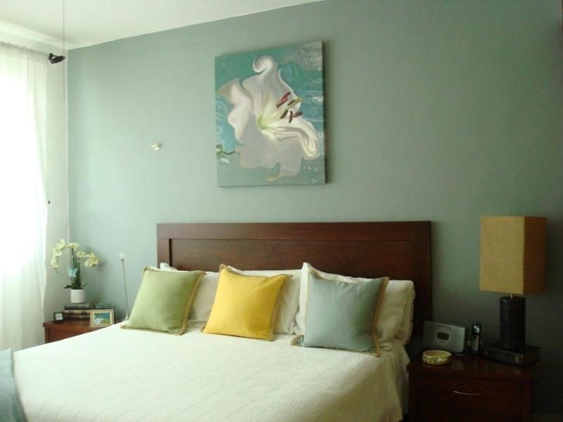 King size bed, with A/C and private bathroom - 2 blocks from coco/ mamitas beach &  fifth Avenue - Playa del Carmen - rentals