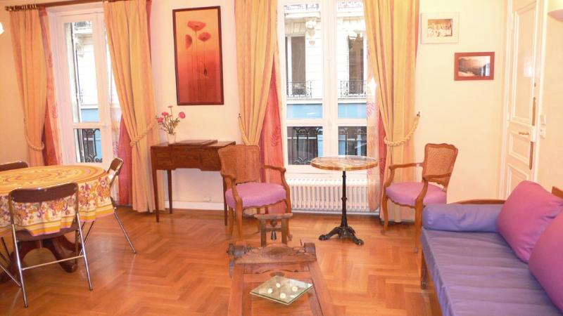 A living room opening on the street (1) with classic setting. - 342 Two bedrooms   Paris Louvre district - Paris - rentals