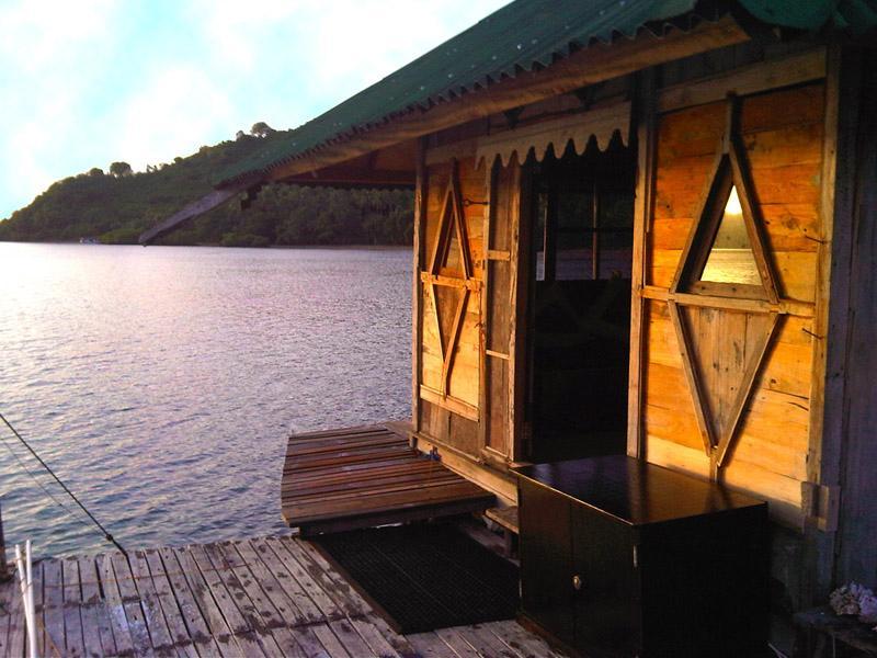 Front deck Original bungalow over reef - Original Bungalow Over Reef-solar hot water - Gili Nanggu - rentals