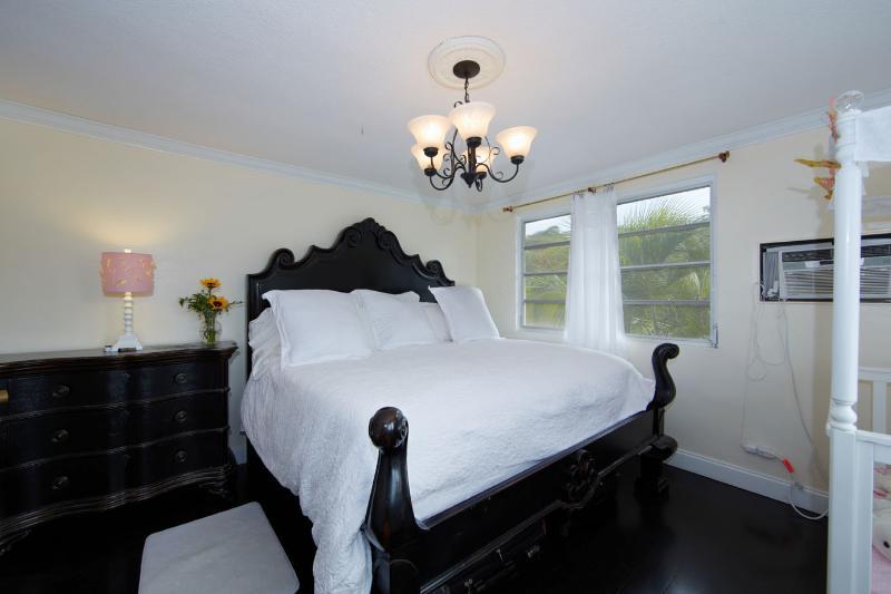 Elegantly grand king sized bed with Serta posturepedic matress - Easy Eastwind Condo - Saint Thomas - rentals
