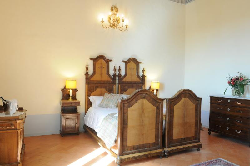 Bedroom 1 - Luxury 2 Bedroomed Apartment suite - split  Level - San Ginesio - rentals