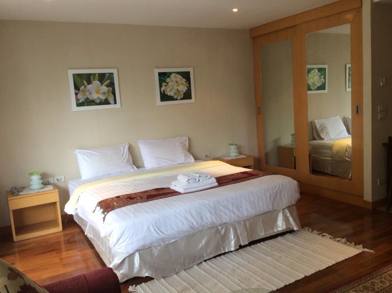 Comfortable king sized bed - Twin Peak,studio near Night Bazzar,poolside - Chiang Mai - rentals