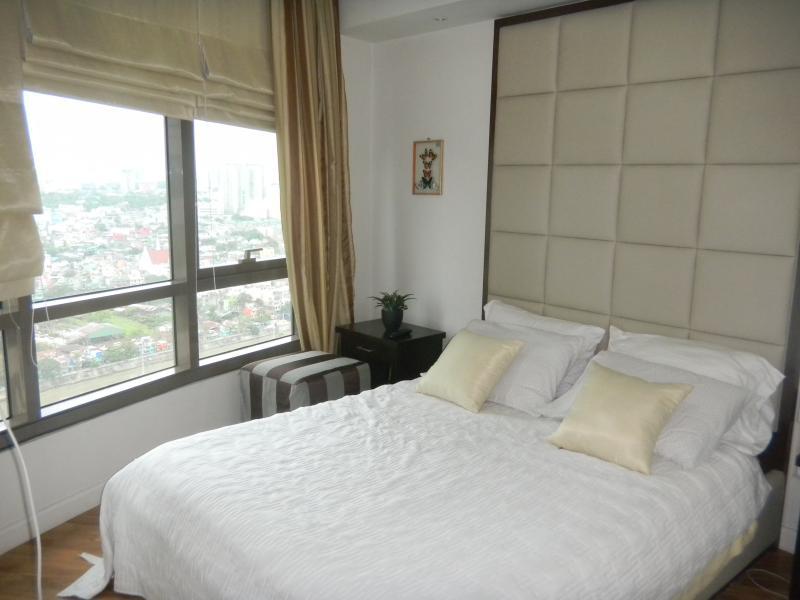 Master Bedroom - Rockwell's Joya View Condo - Makati - rentals