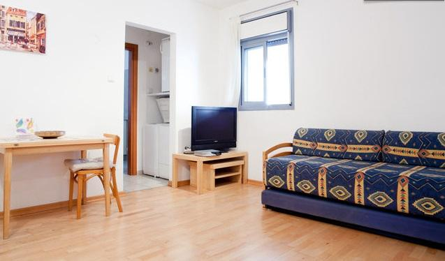 Spacious living area with breakfast nook - Bright modern Studio Apartment: East Raanana - Ra'anana - rentals