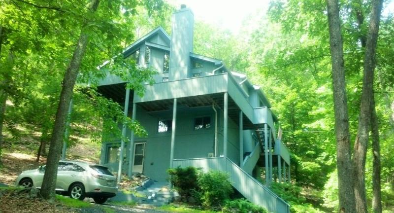 Four Level Mountain Retreat By The Pool - Image 1 - Bushkill - rentals