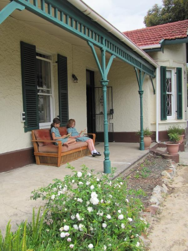 Read a book on the front porch - Heritage home in leafy Cape Town suburbs - Rondebosch - rentals