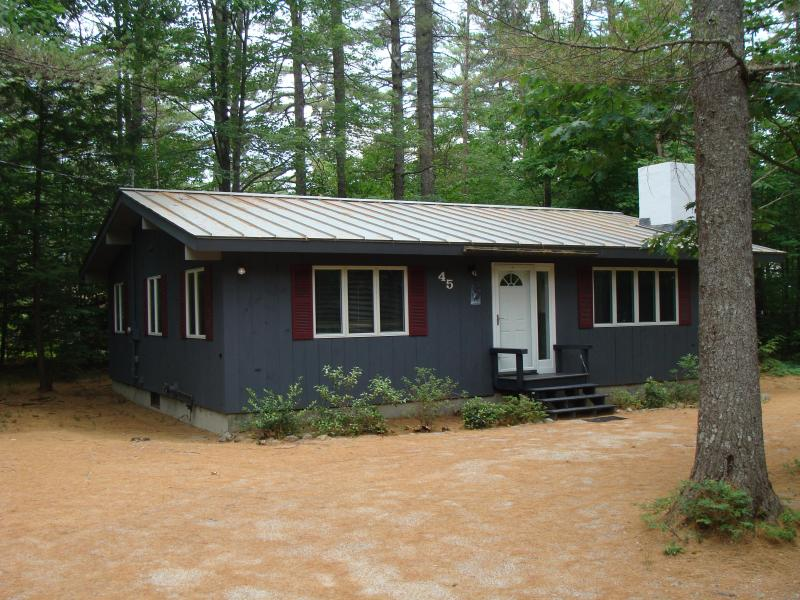 Private & immaculate home - only a five minute walk to Echo Lake - THANKSGIVING & XMAS AVAILABLE~ WALK to ECHO LAKE - North Conway - rentals