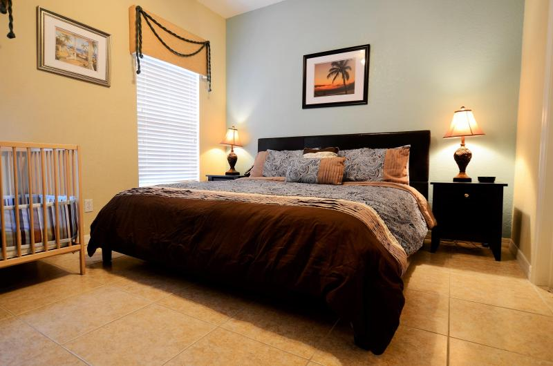 master suite with king bed and inside bathroom on first floor - From $75 4br/3ba townhome with hot tub / lake view - Kissimmee - rentals