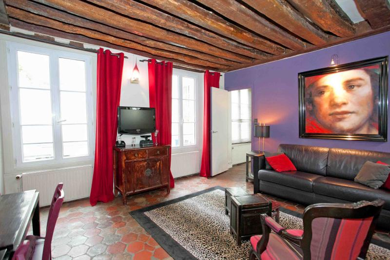 The sitting room and the windows overlooking the courtyard - Flat for 2 heart of the Marais - Pompidou Centre - Paris - rentals