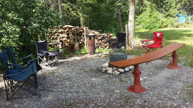 Outdoor firepit - Mardals Hideaway #3 (1 Bedroom) - Golden - rentals