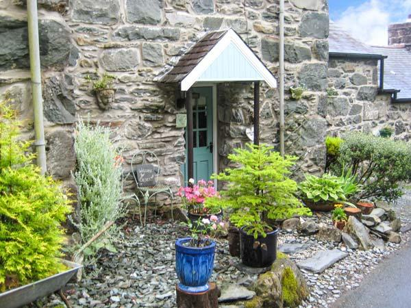 BRYN HYFRYD BACH, romantic, character holiday cottage, with open fire in Llanbedr, Ref 1706 - Image 1 - Llanbedr - rentals