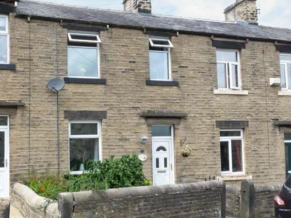 SPINNERS NEST, stone-built cottage, walks from door, close to town amenities, in Skipton, Ref. 25565 - Image 1 - Skipton - rentals