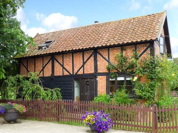 THE GRANARY, detached, 18th century cottage, exposed beams, woodburner, pet-friendly, in Hingham, Ref 914208 - Image 1 - Hingham - rentals