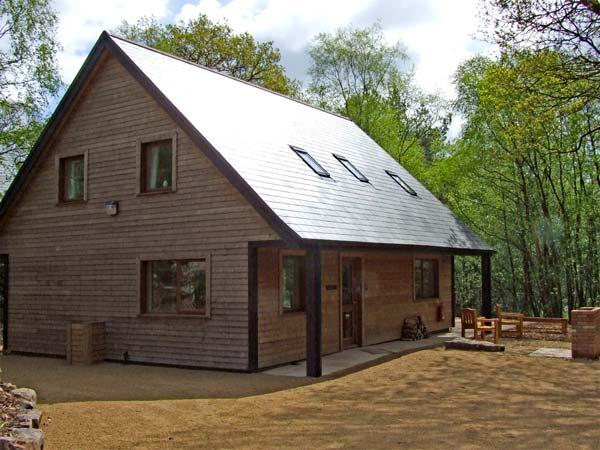 DENSTONE, detached woodland lodge with hot tub, close Alton Towers, Ref 913353 - Image 1 - Farley - rentals