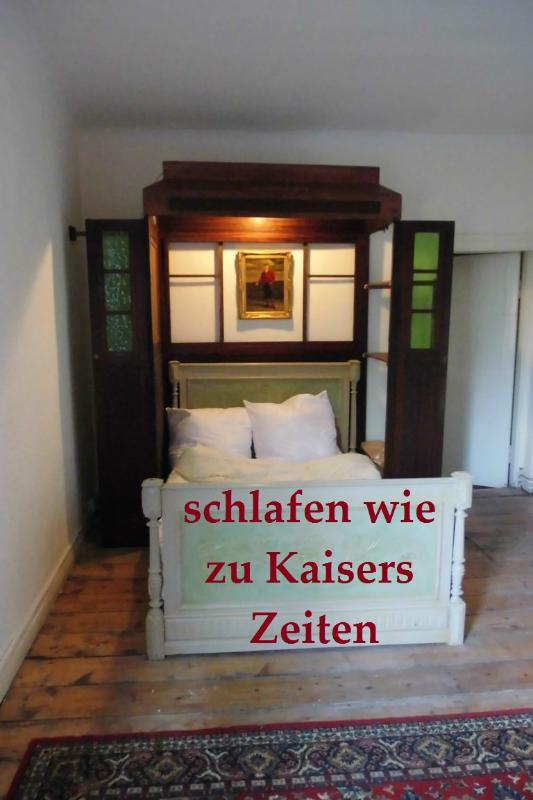 The bed placed in an elevator from 1900, - Little Apartment in the center of town - Husum - rentals