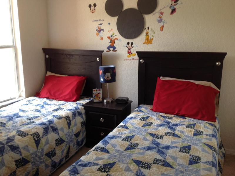 Mickey/Twin 2 - Awesome Mickey Themed Kids Rooms-bbq in back yard! - Davenport - rentals