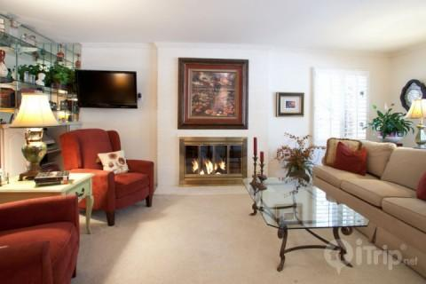 Walk into the warm ambiance of Vail Trails East, with flat screen TV/DVD, and stereo system. - Vail Trails East 7A - Vail - rentals