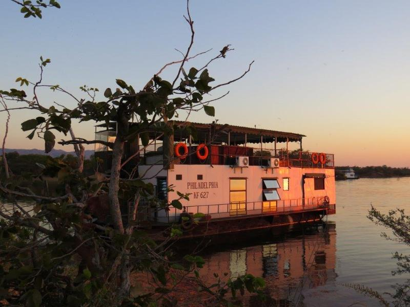 Sunset on the lake - Houseboat in Lake Kariba, Zimbabwe - Kariba - rentals