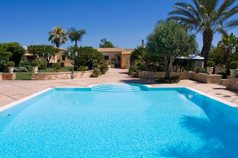 Infinity pool and the villa - TENUTA GRANCHIO: Syracuse, infinity pool, tropical - Syracuse - rentals