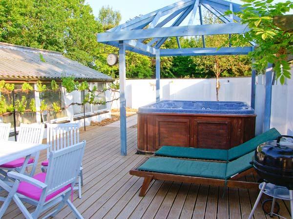 CARIAD COTTAGE, pet-friendly wheelchair-friendly cottage in countryside, woodburner, hot tub, Cilcennin, Aberaeron Ref 914947 - Image 1 - Aberaeron - rentals