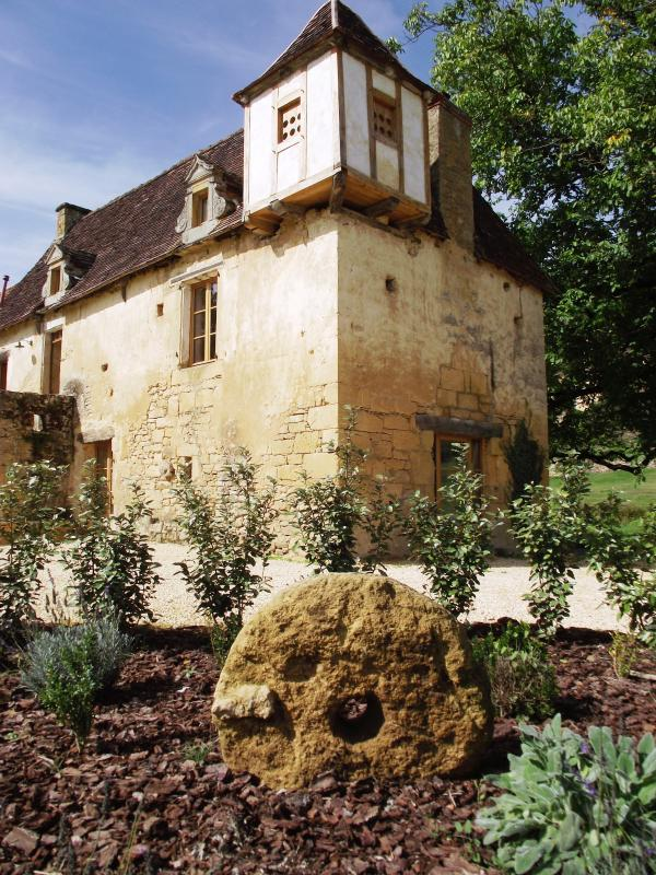 Beautiful south facing house located in a tranquil setting on the edge of Sarlat & Beynac. - SARLAT-16thC STONE HOUSE 3BD+3BTH+HEATED POOL - Sarlat-la-Canéda - rentals